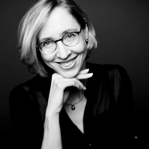 portrait de femme avec des lunettes en noir et blanc