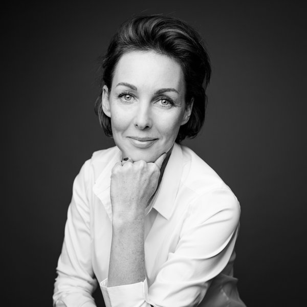 portrait d'une femme aux yeux clair avec une chemise blanche