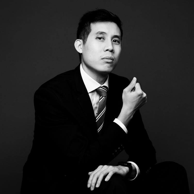 photo pro d'un homme assis en noir et blanc