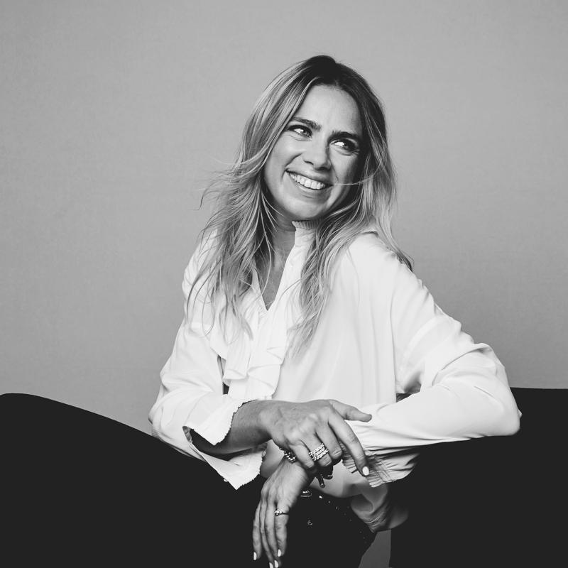 photo pro d'une femme assise qui sourit