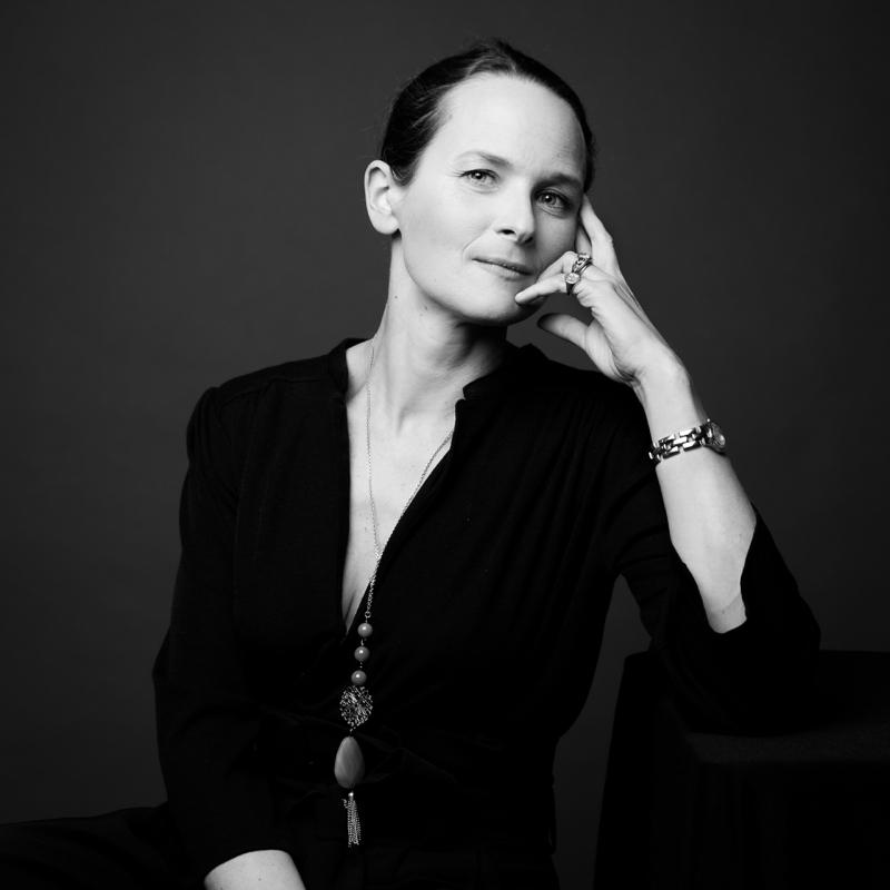 portrait pro éditorial d'une femme assise