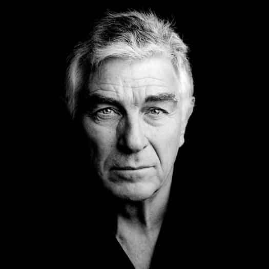 portrait homme en noir et blanc sur fond noir