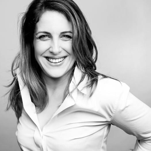 portrait corporate d'une femme en noir et blanc sur fond blanc