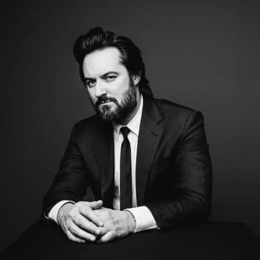 portrait d'un avocat en noir et blanc sur fond sombre
