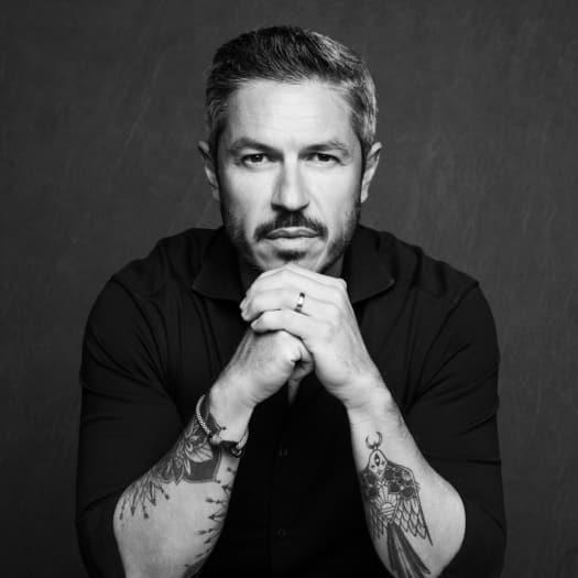 photo d'un homme avec des tatouages