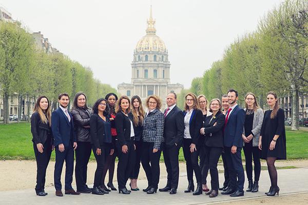 Photo de groupe d'un cabinet d'avocat devant les Invalides à Paris