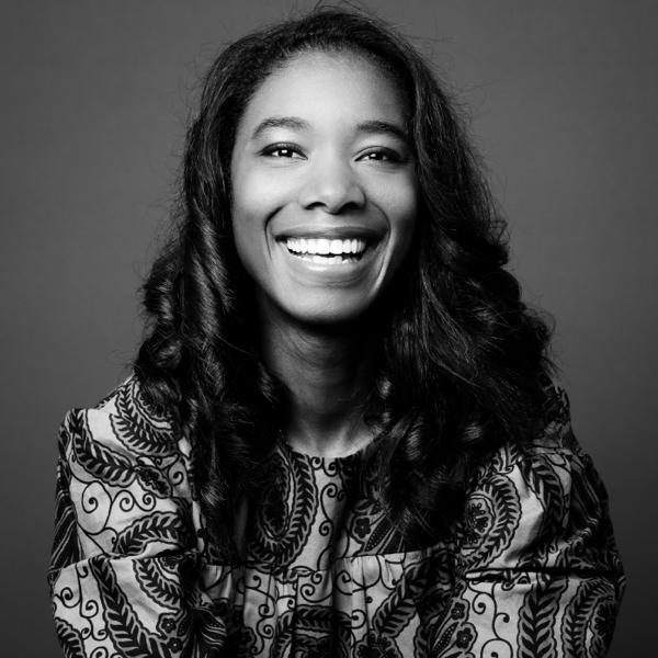 une jeune femme qui rit à pleines dents