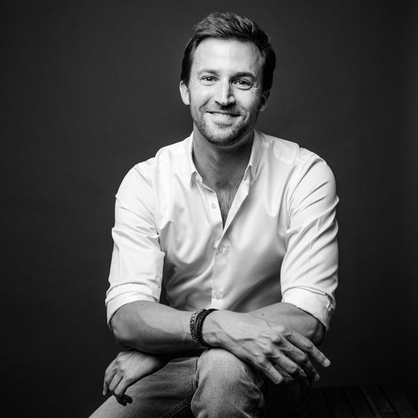 portrait pro d'un homme souriant en chemise blanche